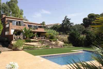 Amazing villa with a swimming pool and chill-out area close to Barcelona